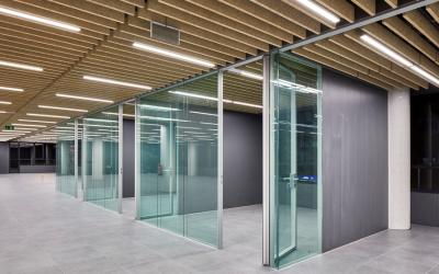 Separar ambientes con cristal instalando mamparas de oficina.